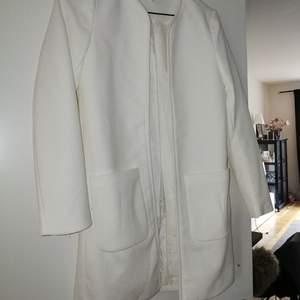 Oanvänd vit kappa från hm