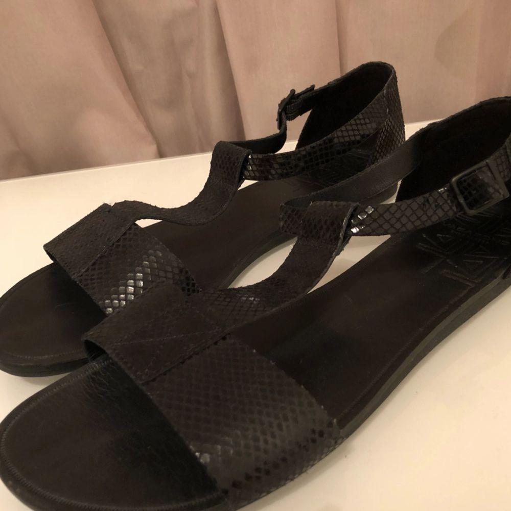 """Snygga sandaler med en """"ormskinns""""finnish från Vagabond i strl 41, använda fåtal gånger & i nyskick! Riktigt bekväma att gå i! Kan mötas upp i Göteborg annars står köparen för eventuell frakt:-). Skor."""