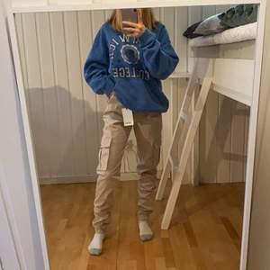 Jag säljer dessa byxor eftersom de är förstora för mig, de är helt oanvända så altså i nyskick och prislappen sitter kvar.