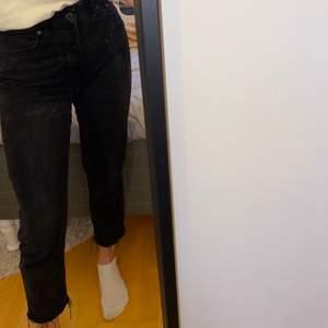 Märk gråa mom jeans som är från h&m. Sitter bra överallt! Pris=70+frakt!