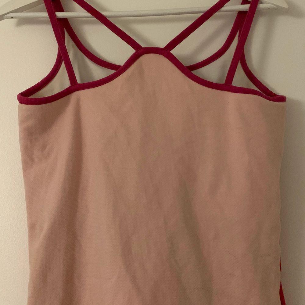 """Asball 90-tals vintage linne från Reebok med röd, ljusrosa och mörkrosa detaljer. Toppen har en inbyggd """"bh"""" och en speciell rygg. Toppar."""