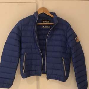 Säljer en blå Svea dunjacka. Säljes för 150kr + frakt. Fin blå färg. Är i strl M men skulle säga passa S.