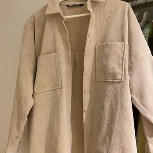 Superfin Manchester skjorta från zara i storlek M. Sparsamt använd utan synligt slitage. Säljer då den inte riktigt kommit till användning för mig.