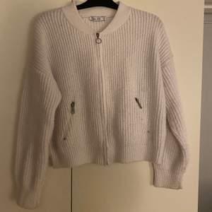 Stickad tröja med dragkedja från NA-KD! Använd fåtal gånger. Strl S💘 säljes för 50kr + frakt💘
