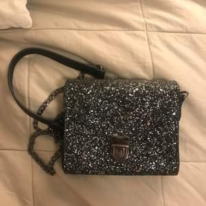 Säljer denna fina glittriga handväskan ifrån Åhlens. Sparsamt använd. Köpt för 350kr
