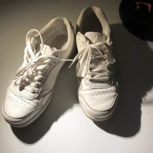 Såå snygga vita sneakers jättelika Nike airforce 1💕 i  bra skick!💕 de är från Attitude i storlek 38 å de är verkligen jättesköna!  lite smutsiga men går säkerligen att få bort och det märks inte när man har på sig dom!💕💕
