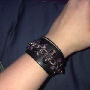 läder armband med nitar och kedja, ingen aning om det är äkta läder eller inte men är skönt o snyggt💫 pris inkl frakt!