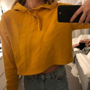 super fin croppad hoodie som aldog andvända längre! super fin och mysig. st S.