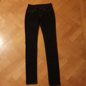 Ett par jeans från Tiger of Sweden i modellen Slender i storlek W25L32. De skulle även kunna passa w24. De har låg midja och en mycket mörk blå färg. Utmärkt skick.💫