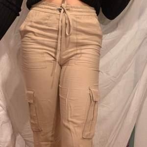 Skiiiitsnygga cargo pants från Zara!! Passar mig som S men kan även passa mindre storlekar. Har inga fel! Hör av er vid frågor :)