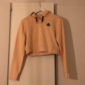 Säljer min cropade kappa hoodie i stl l men skulle säga att den är mer som en xs/s. Väldigt sparsamt använd.