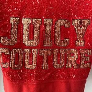 I och med y2k's uppsving så gör juicy couture en comeback. Denna Juicy Couture kofta har en tight passform och är i storlek S. Den är i mycket bra skick.  Nypris ca 1495 kr.  Mitt pris: 400 kr