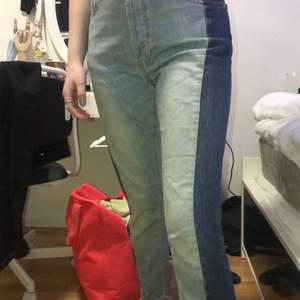 Coola jeans från bikbok som aldrig kommit till användning. Säljer för det inte min stil och Inge använd de. Super fint skick. Skriv för frågor 💓💓