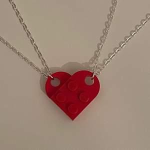 Jag SÖKER legohalsband i form av ett hjärta.Någon som säljer eller vet någon som säljer?hör av er jag kan betala mycket 😌🤚🏼
