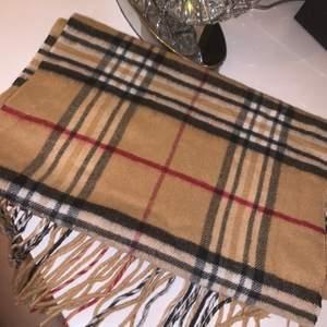 Säljer denna burberry liknande halsduk som knappt är använd. Säljer den för 200 kr.