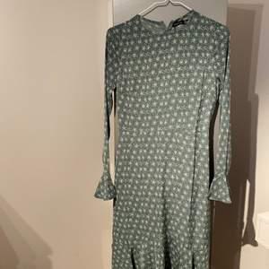 Grågrön klänning från Boohoo. Säljer den för att den var för liten. Grön med vita prickar. Den kommer med ett skärp i samma tyg och material. Nypris 300. Meddela om du har någon fråga.