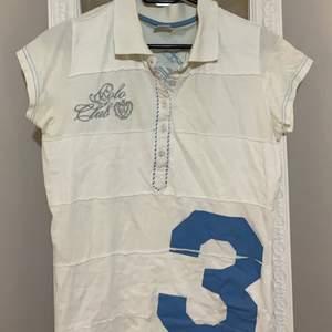 Säljer en t shirt med tryck i storlek M/passar XXS & XS🪐 köparen står för frakt & endast swish :)