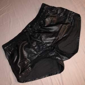 Coola shorts/hotpants i plastliknande material. Kan ha dem lika väl till vardags som till träning. Bra skick. Skriv gärna privat för mer bilder 💗frakt tillkommer