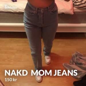 Säljer dessa NAKD mom jeans för 150kr (orginal pris 300kr) midjan är storlek 34 och bena är ganska långa.