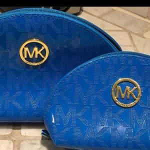 Super fina necesärrer från mk! Super fina men tyvärr fake. Men i super super bra skick och oandvända. Jag har bara den stora kvar!!!! Super fin blå färg! Köpt i Grekland!!