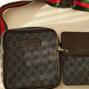 Gucci herrväska i 2 delar som placeras på midjan