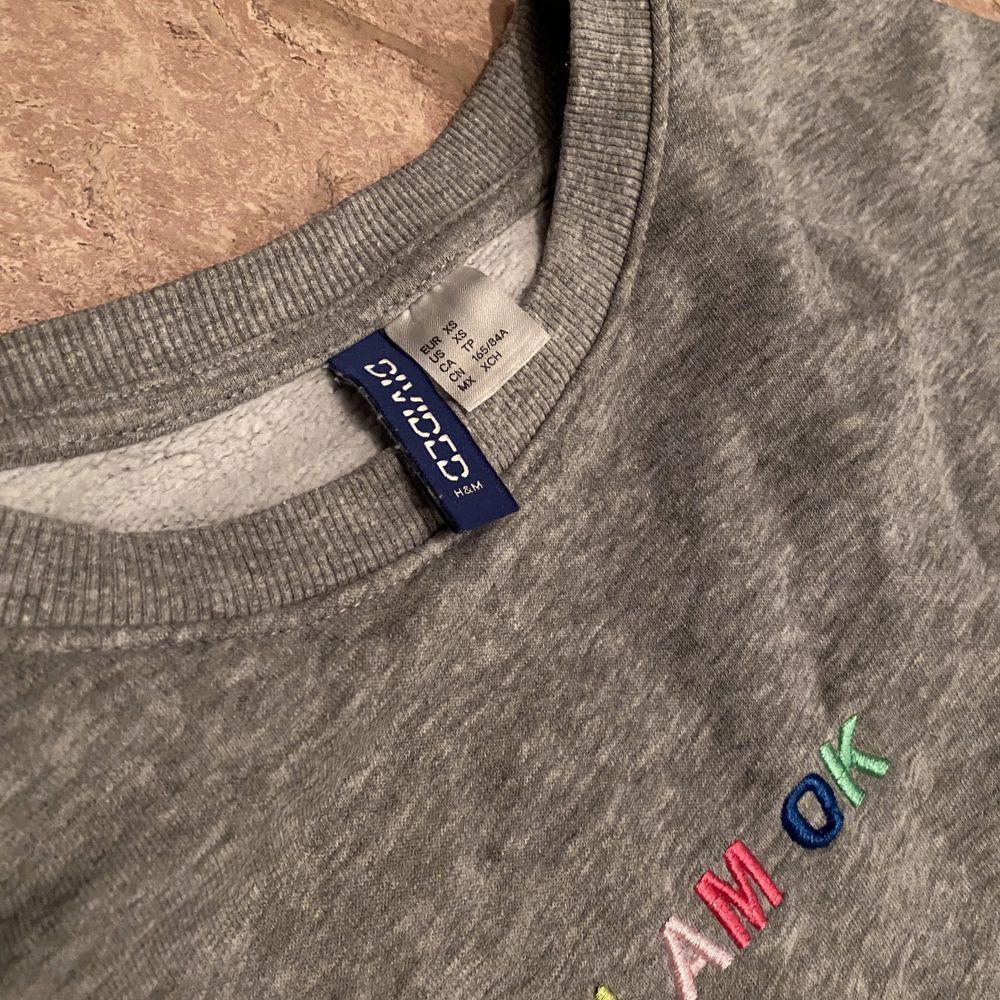 Sweatshirt från H&M i bra skick. Använd några få gånger. Storlek XS men sitter som en S.. Huvtröjor & Träningströjor.