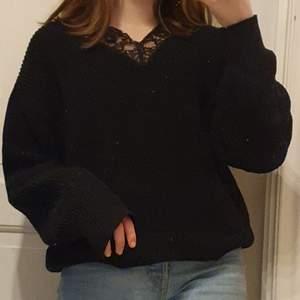 Fin svart stickad tröja från  H&M med spets runt halsen! Den är I storlek xs men skulle säga att den passar väldigt oversized så den passar nog även en s och en liten m! OBS!! Det är spegeln som är smutsig inte tröjan!!😊 Om många är intresserade får du lägga bud i kommentarerna! Köparen betalar för frakten ❤