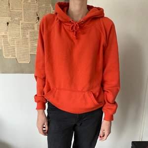En orange hoodie från Bik Bok i storlek S. Den är tyvärr lite nopprig men det är inget man tänker så mycket på:)