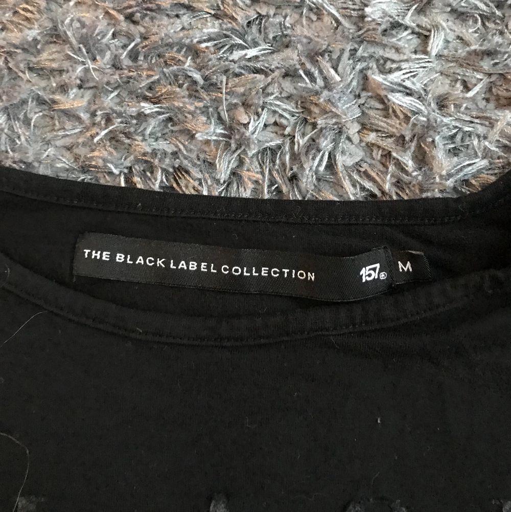 """Svart t-shirt med """"black"""" tryck. Jätteskön och luftig. Säljer pga använder ej längre.. T-shirts."""