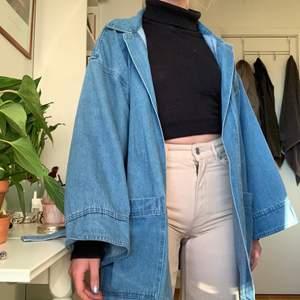 Superbekväm jeansjacka från nakd köpt här på plick, men har tyvärr inte riktigt kommit till användning. möts upp i Stockholm! Fraktar INTE