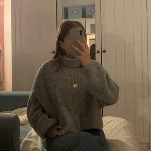 Säljer ännu en av mina stickade tröjor! Denna tröjan är köpt från Pull & Bear. Säljer den för 150 så börja buda! Köparen får även betala för frakt!