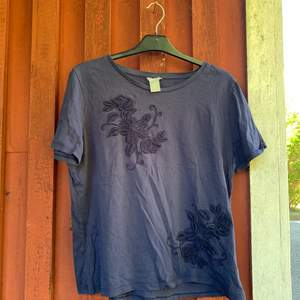 En jättefin enkel T-shirt från Lindex med fina detaljer! Säljer pågrund av förliten.... Betalning sker via swish & kunden står för frakten✨✨✨