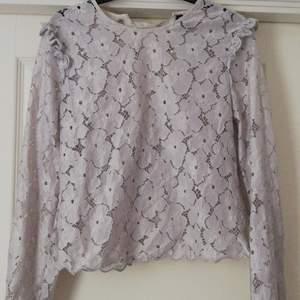 Superfin tröja i spets i en gråvit färg. Från hm, köpt för 399, säljer för 160 inklusive frakt