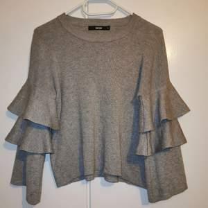 Fin tröja med volanger, stl XS, använd 1 gång då den ej är min stil. Köparen står för frakten.
