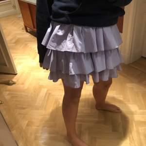En kjol använd två gånger ifrån zara med drag kedja på sida och ett lilla skärp som man ser på bild 3 man kan även ta bort det. Liten i storleken så skulle passa L och M skulle jag säg💜
