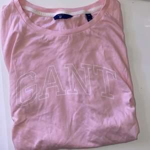 En rosa t shirt från gant i storlek M. Knappt använd. Frakt ingår. :)
