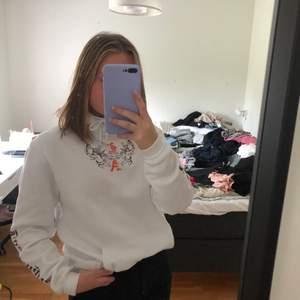En vit hoodie med coolt orange tryck från H&M herravdelning, säljer då jag knappt har använt den så den är i bra skick. Den sitter snyggt lite oversize på mig som i vanliga fall har S