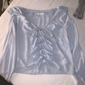 En blus köpt från zalando i en modern ljusblå färg. Använd 1 gång annars har den bara hängt i garderoben. Frakt tillkommer💞