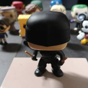 Denna bobble head Daredevil POP FIGUR har legat i sin egen låda i kanske 2 år. Så gott som nyskick och jag har även andra pop figurer som är till salu. Info om frakt står även på min sida. Skriv privat om du har några frågor om Daredevil❤️