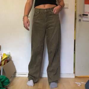 Weekday jeans i modellen rail i jättefin färg! Ser lite skrynkliga ut på bilden men är knappt använda! Avklippta längst ner! W26 L30