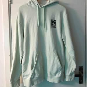 Jättemysig, ljusgrön hoodie ifrån Vans. Sitter lite oversized men passar bra om man har M-L. Kostade 700kr ny och har knappt använt den. Köparen står frö frakten :)