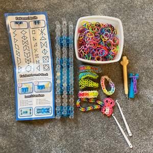 Säljer det populära RAINBOW LOOM setet. Man jobbar med gummisnoddar och kan göra allt från figurer till smycken. Säljer då de inte längre kommer till användning. Instruktioner + snoddar + orginalkrok + bas + 2 x resekrokar. Liten fraktkostnad tillkommer❤️
