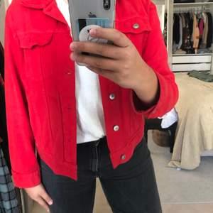 Denna röda jeansjacka är too die for, älskar den fina färgen och den coola modellen. Den har bra fickor och fina detaljer😍