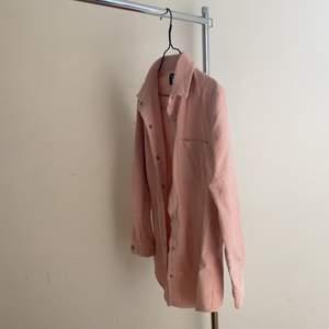 En rosa Manchester skjorta endast använt fåtal gånger. super snygg till ex vita wide leg jeans!! Lite over SiZed i storleken