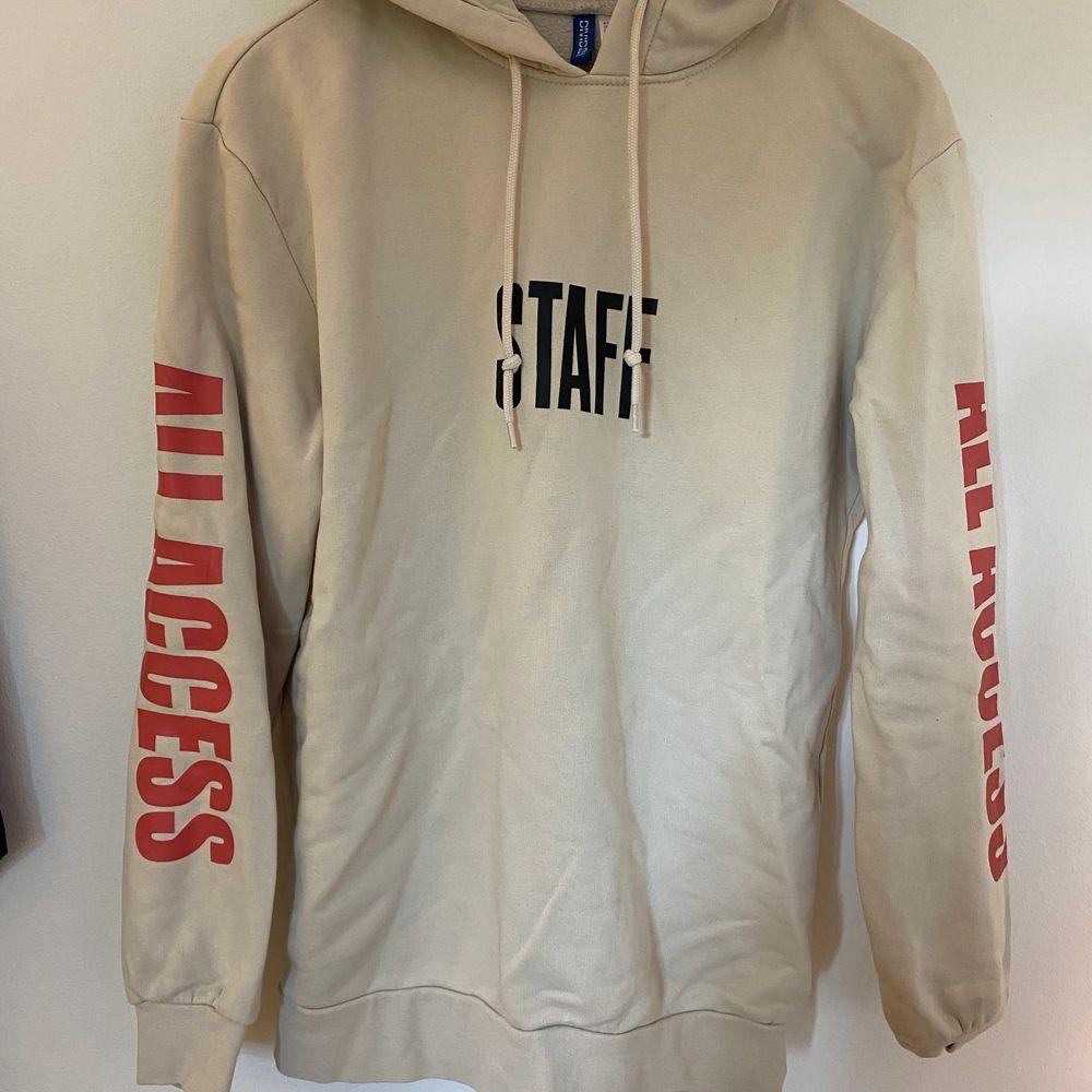 Hoodie från H&M x Justin Bieber med ett motiv från purpose tour. Supersnygg hoodie men får inte den uppmärksamhet den förtjänar av mig. Huvtröjor & Träningströjor.