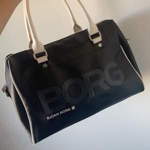 Svart och vit Björn Borg väska. Medföljer ett vitt längre band man kan sätta på. Köpare står för frakt.