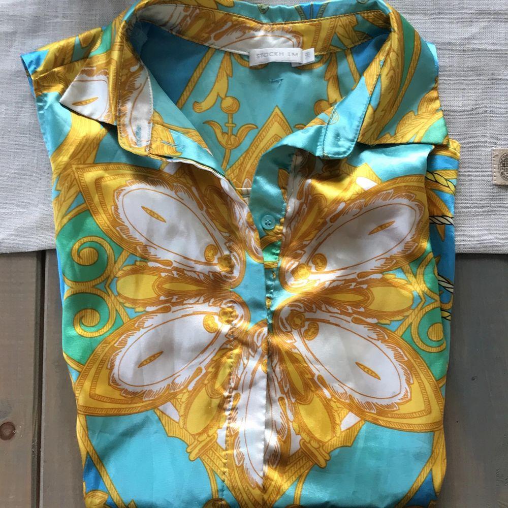 Färgglad silkesblus köpt på MQ. Sparsamt använd! Stl 38. 30 kr + frakt. . Blusar.