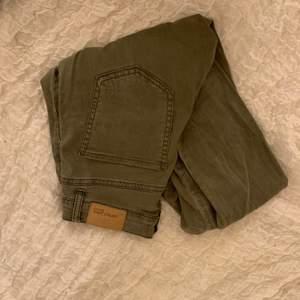 Super fina gröna jeans från Gina storlek 34 formar rumpan väldigt Bra, frakt tillkommer med 25kr