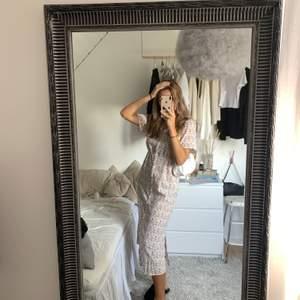 Säljer min klänning från NA-KD då den aldrig kommit till användning (lappen sitter kvar) Köpt för 600 och säljer för 300+frakt💗