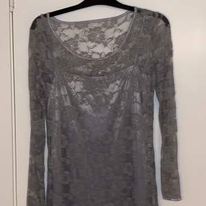 En grå klänning i storlek M.